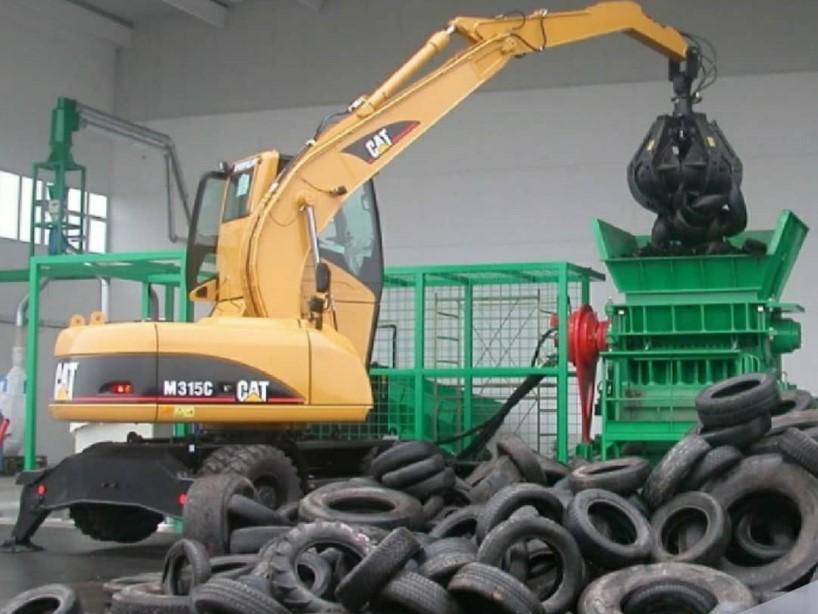 Новороссийск завалили автомобильными шинами