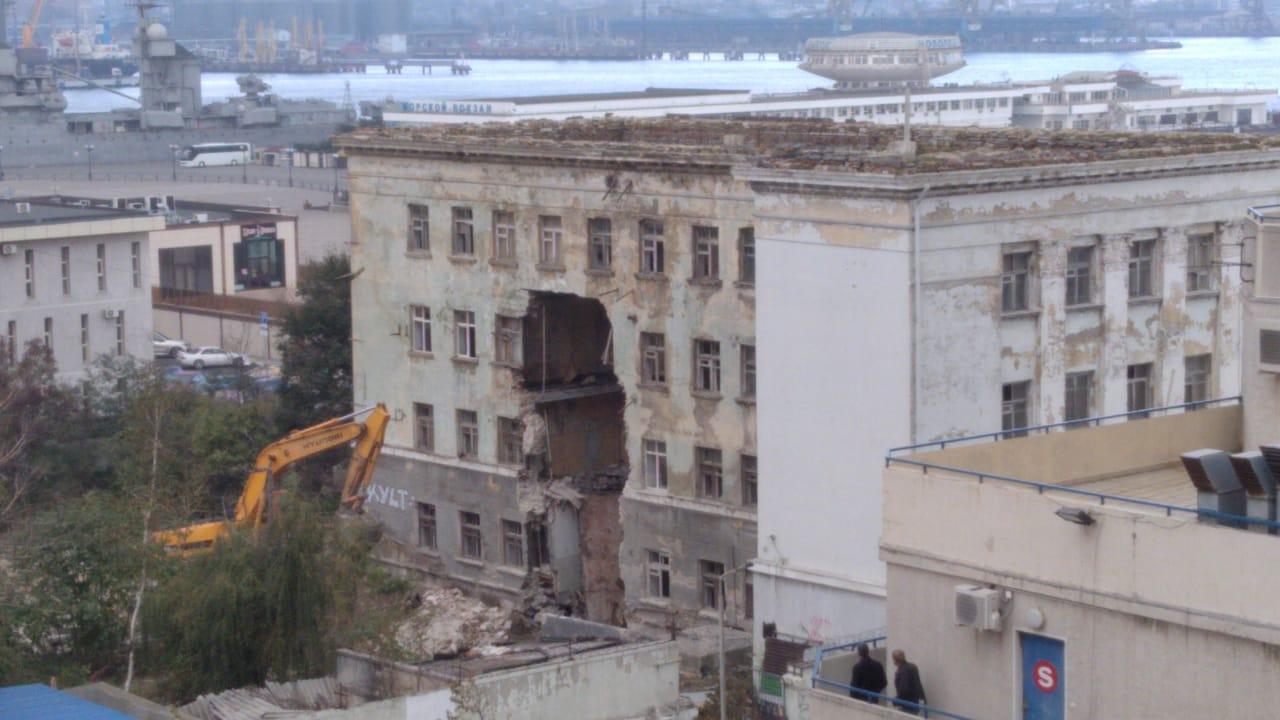 В центре Новороссийска на набережной сносят четырехэтажное здание