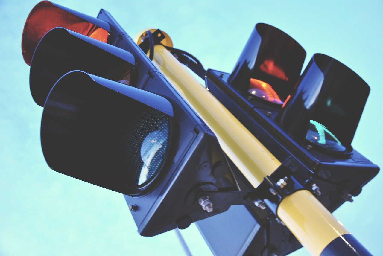 Жители Новороссийска просят включить светофор и сделать «зеленую стрелочку»!