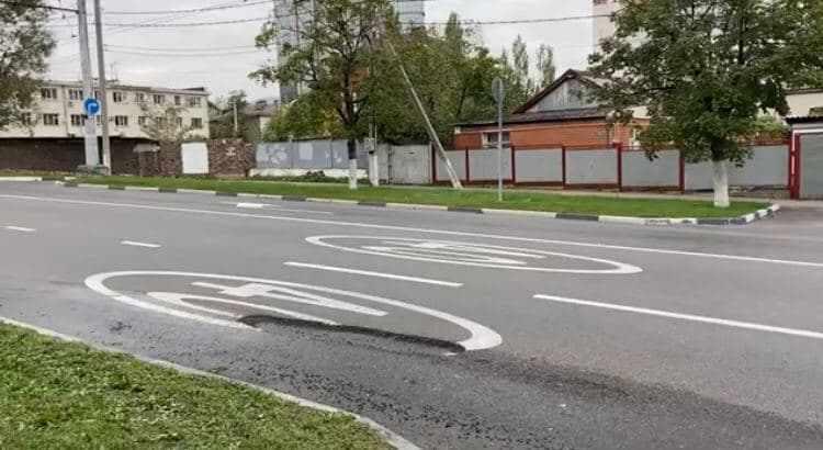 В Новороссийске канализация вымыла метровую яму на только что отремонтированной улице