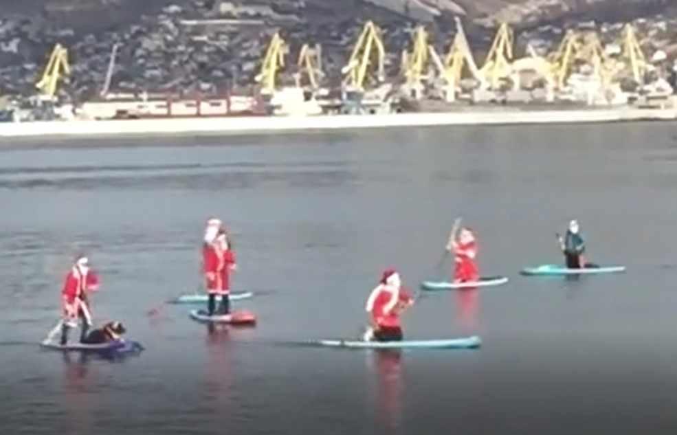 В Новороссийске снова Деды Морозы на SUP-бордах водили хоровод