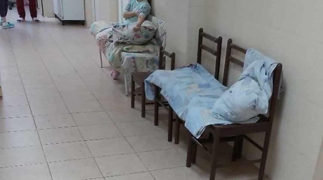 Будущее нашей страны лежит под капельницей на сдвинутых стульях в больничном коридоре