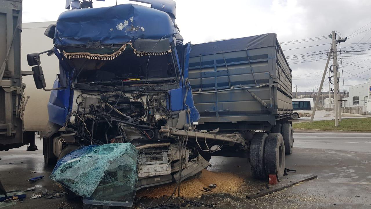 В Новороссийске «КамАЗ» подмял легковушку: водитель чудом выжил