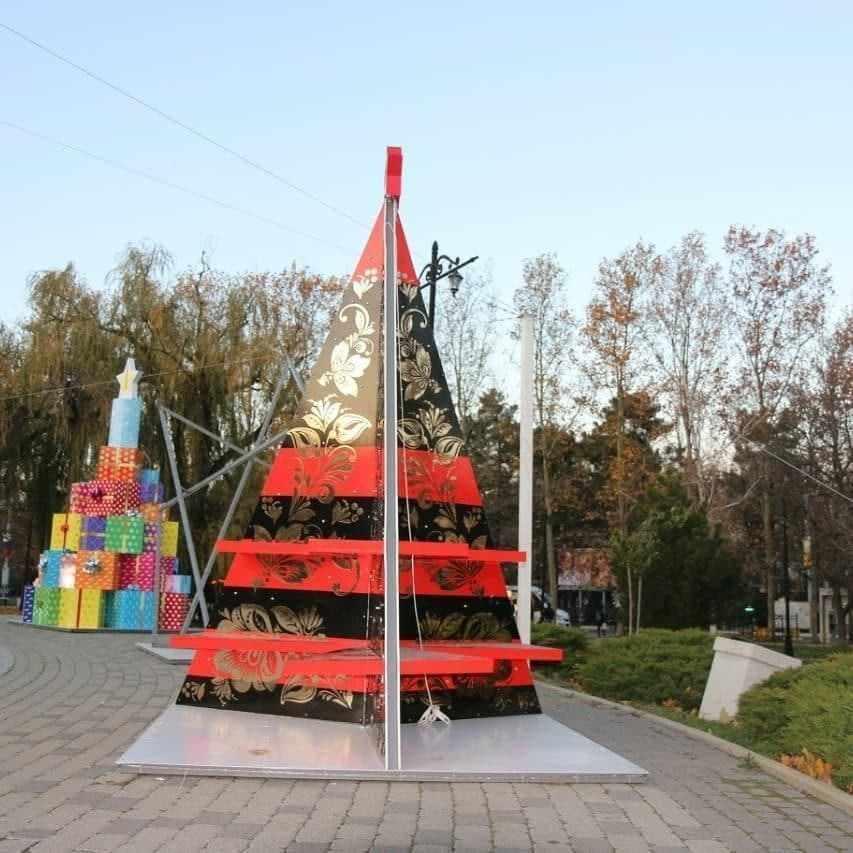 В Новороссийске монтируют дизайнерские елки