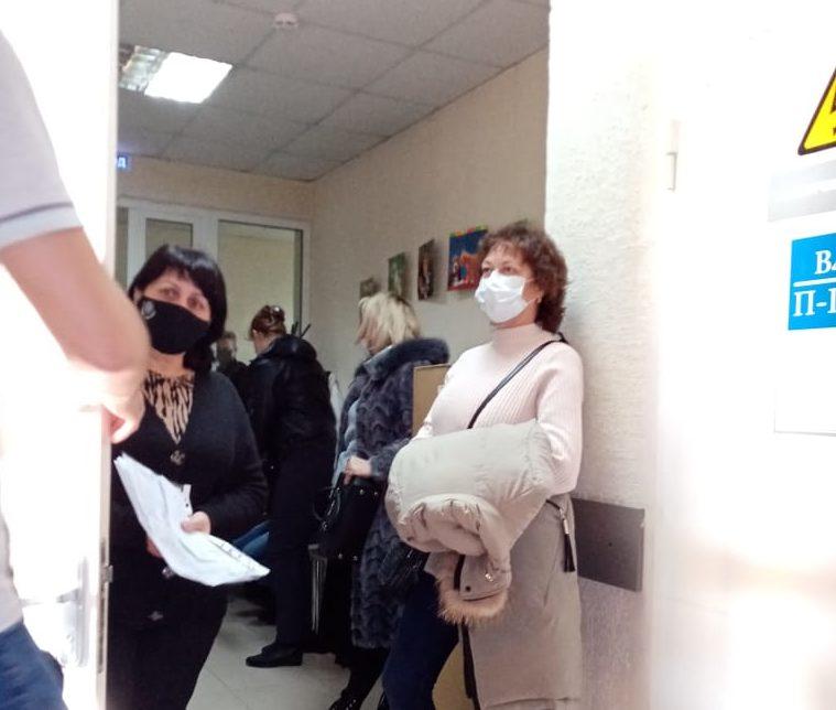 В Новороссийске медицинская помощь стала недоступной: люди часами стоят у кабинетов врачей с температурой и одышкой