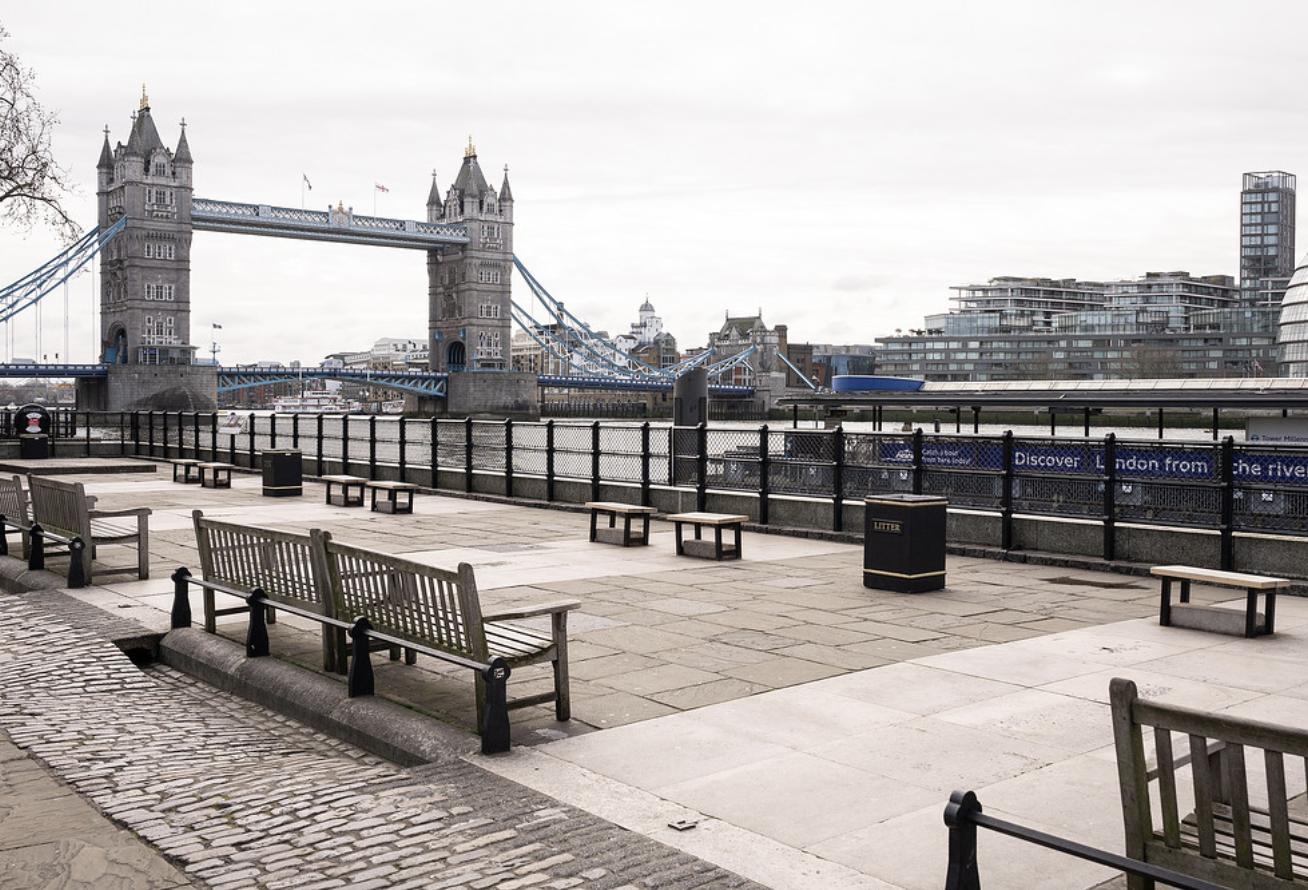 Лондон в глубоком локдауне: из-за нового штамма коронавируса началась массовая эвакуация