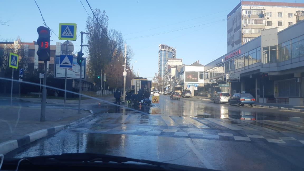 В Новороссийске все утро питьевая вода лилась по улицам