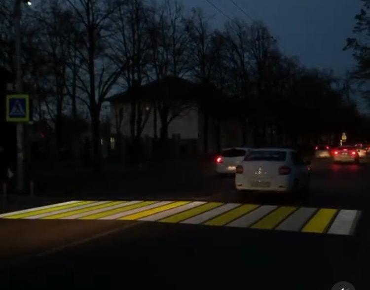 В Краснодаре тестируют  новые проекционные пешеходные переходы