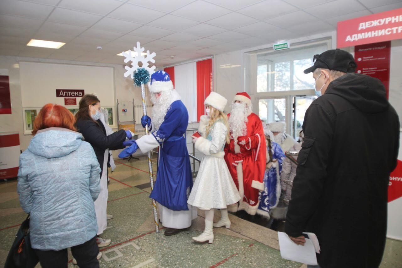 В Геленджике Снегурочки и Деды Морозы сдают анализ на COVID-19