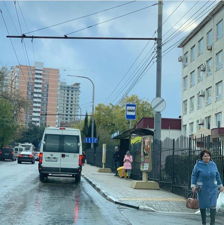В Новороссийске местный блогер пытается убрать рекламные конструкции с тротуаров