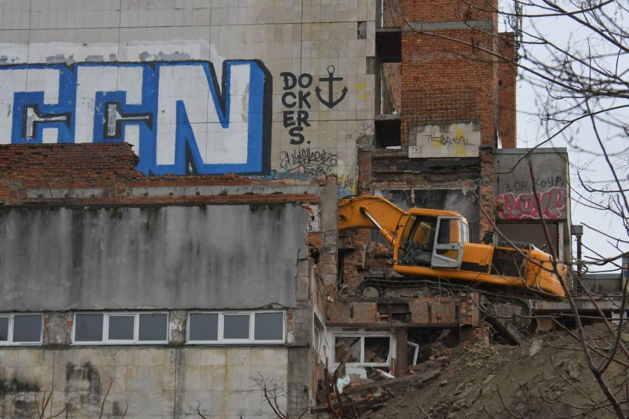 В Новороссийске сносят бывшее здание драмтеатра
