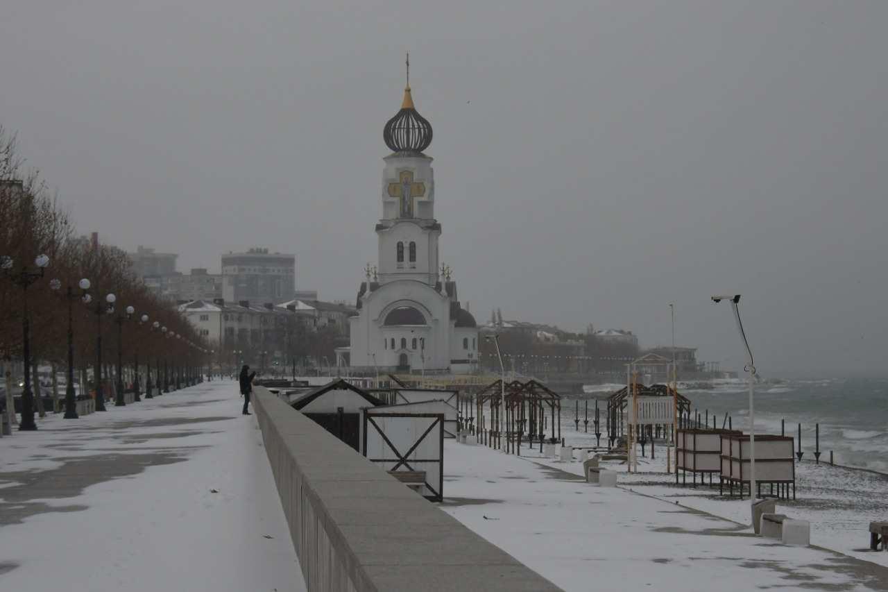 Как в Новороссийске справляются со снегопадом: фоторепортаж Анатолия Позднякова