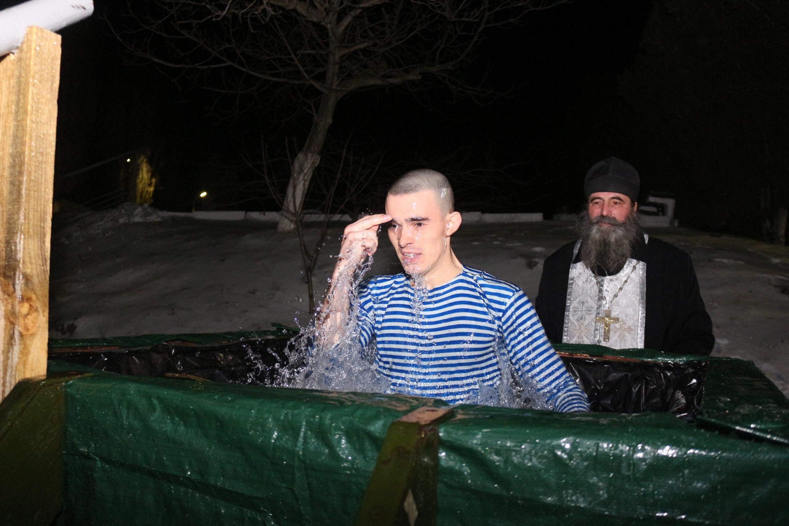 В Новороссийске армейские резервуары на Крещение превратились в купели