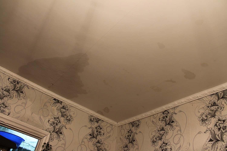 В Новороссийске после капитального ремонта крыши заливает квартиры во время дождя