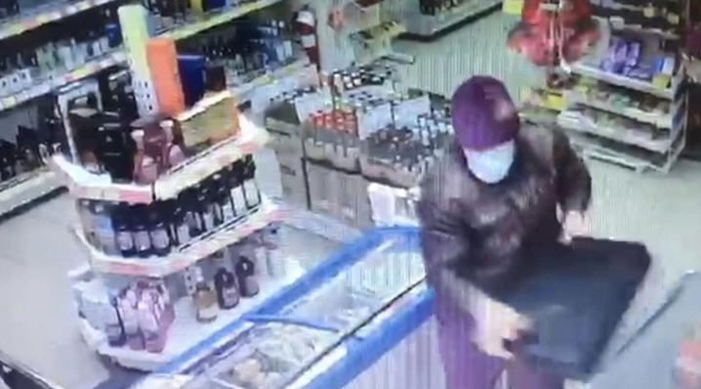 В Новороссийске из магазина средь бела дня вынесли кассу с деньгами
