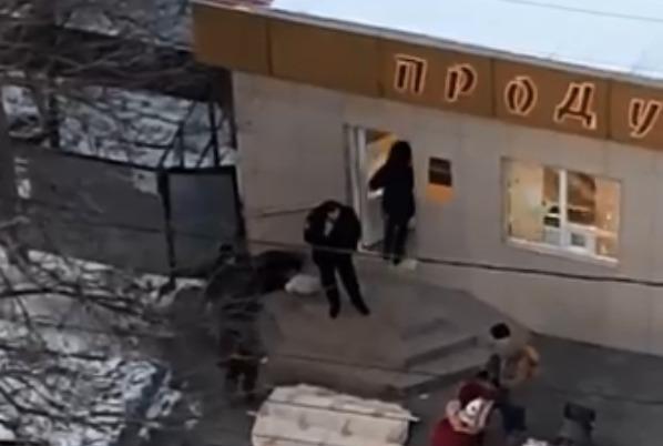 В Новороссийске на ступеньках магазина замерз мужчина