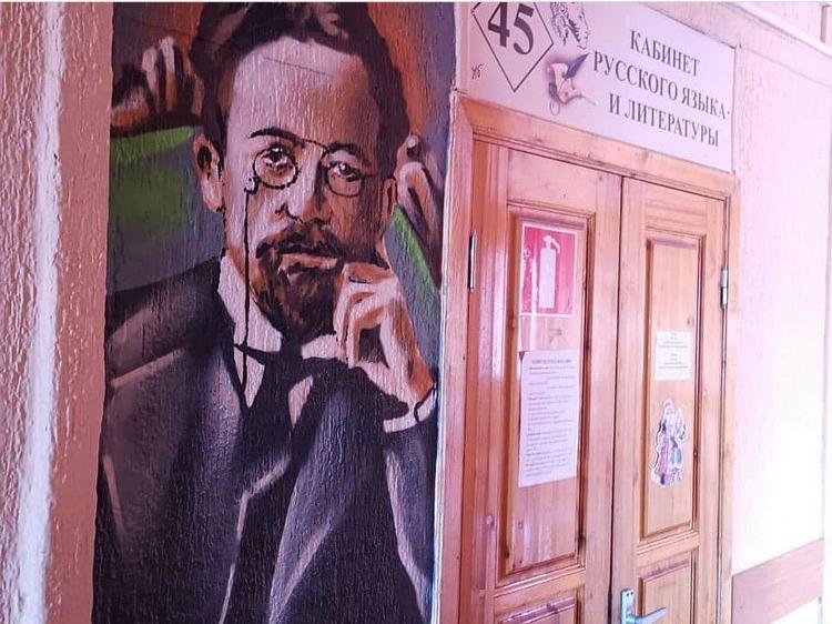 В школе №40 Новороссийска на стенах появились изображения знаменитых писателей