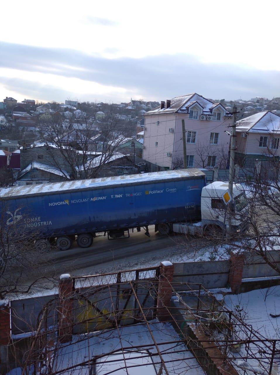 В Новороссийске MAN чуть не въехал в жилой дом