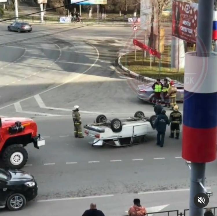 В Новороссийске в результате аварии перевернулся автомобиль
