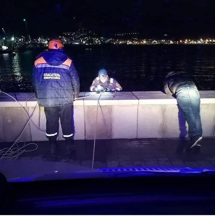 В Новороссийске из моря вытащили упавшего мужчину