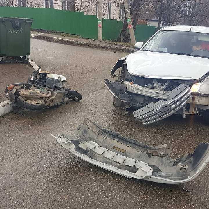 Два подростка на мопеде попали под машину