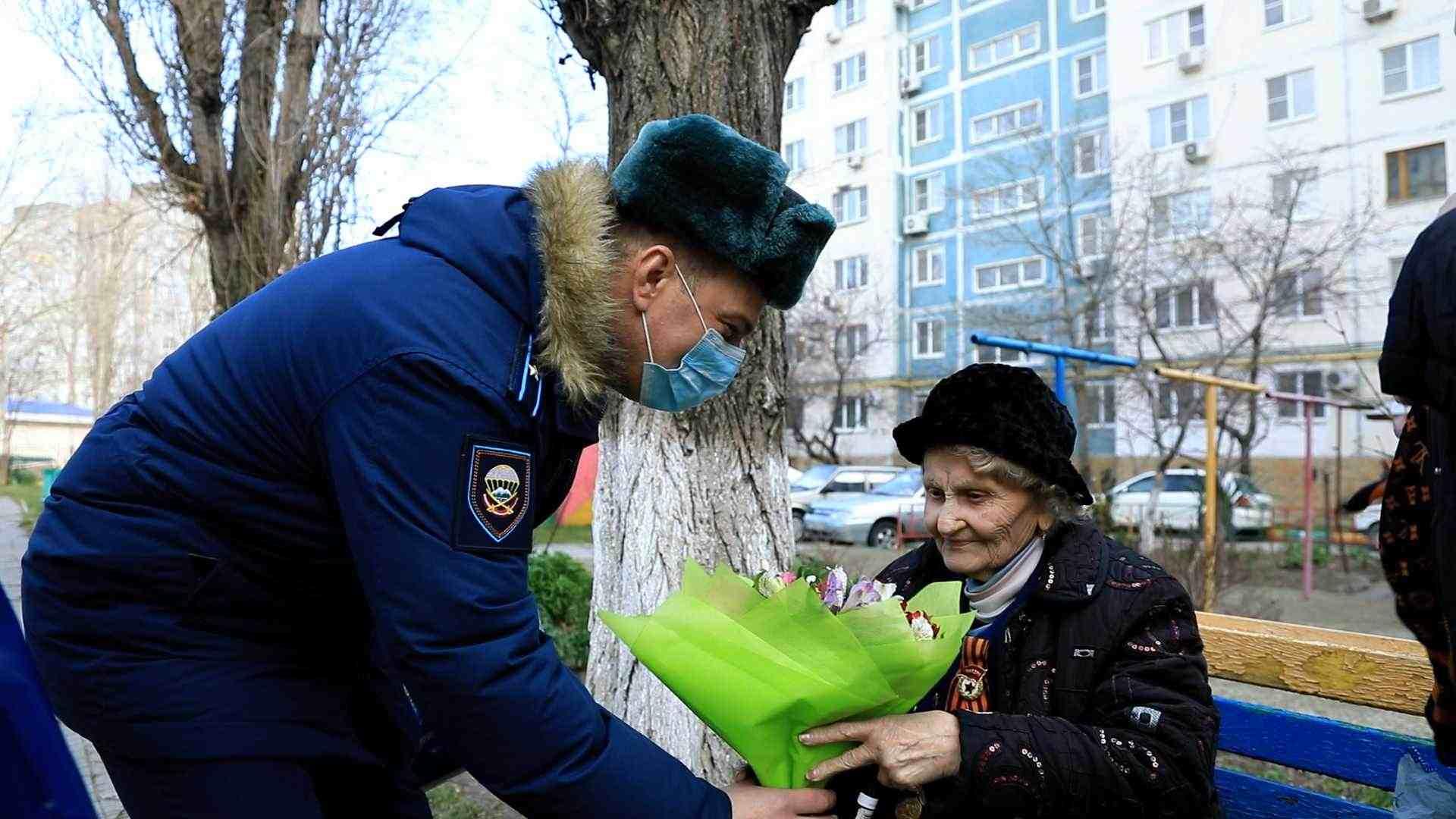 Новороссийские десантники поздравили ветерана войны, которая вытаскивала на себе раненых с Малой Земли