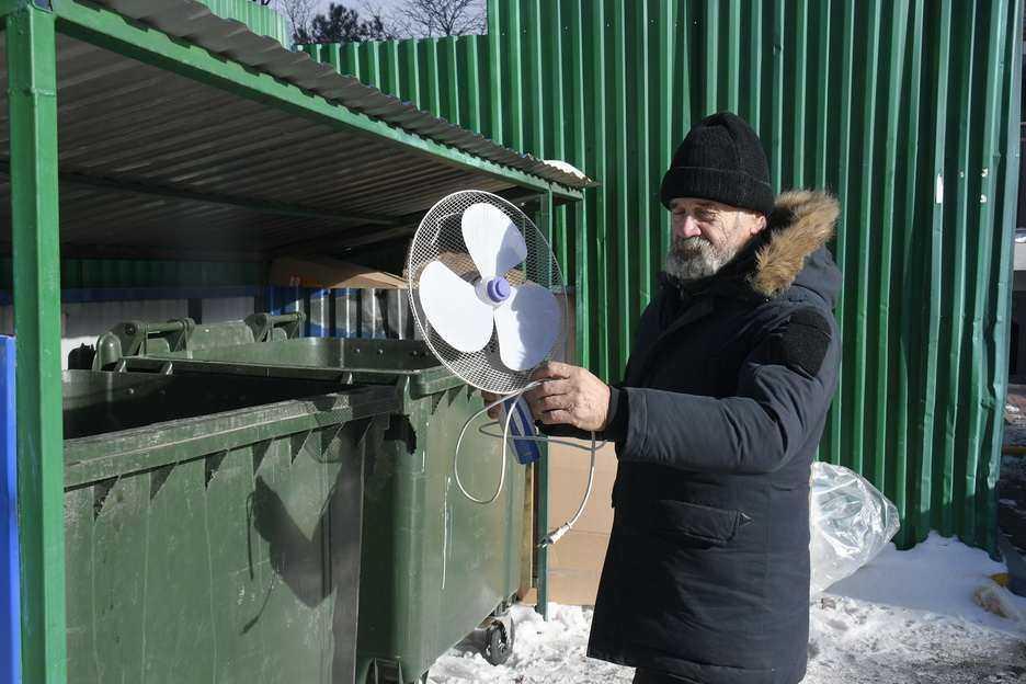 Бизнес на помойке: в Новороссийске одни выкидывают на помойку хорошие вещи, а другие их продают