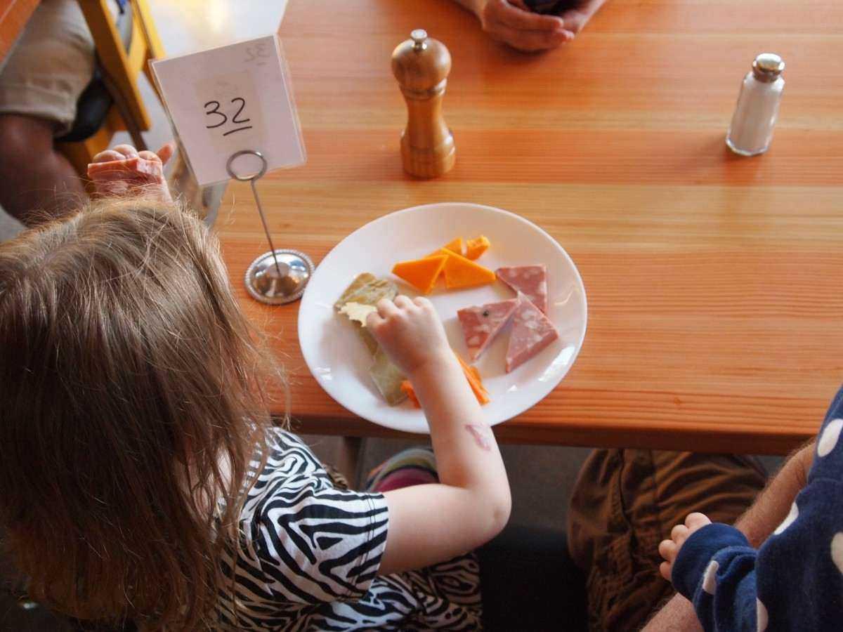 Пять продуктов, которые принято давать детям, но зря