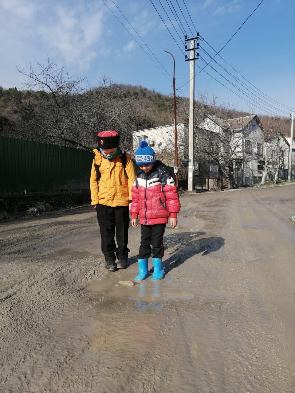 В Мысхако под Новороссийском вместо дороги грязевая жижа, по которой дети ходят в школу