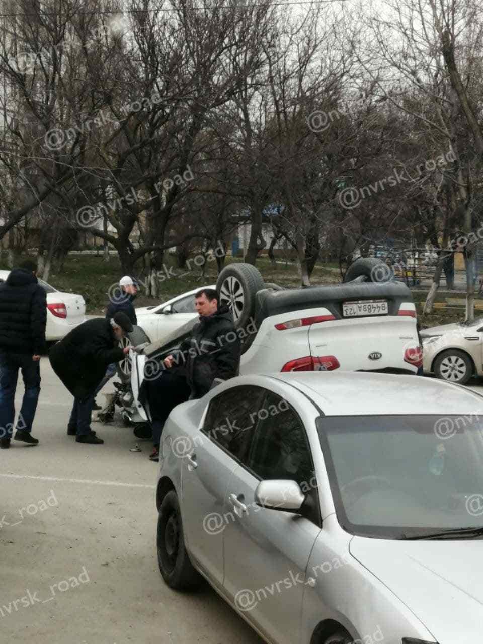 В Новороссийске внедорожник от удара перевернулся на крышу