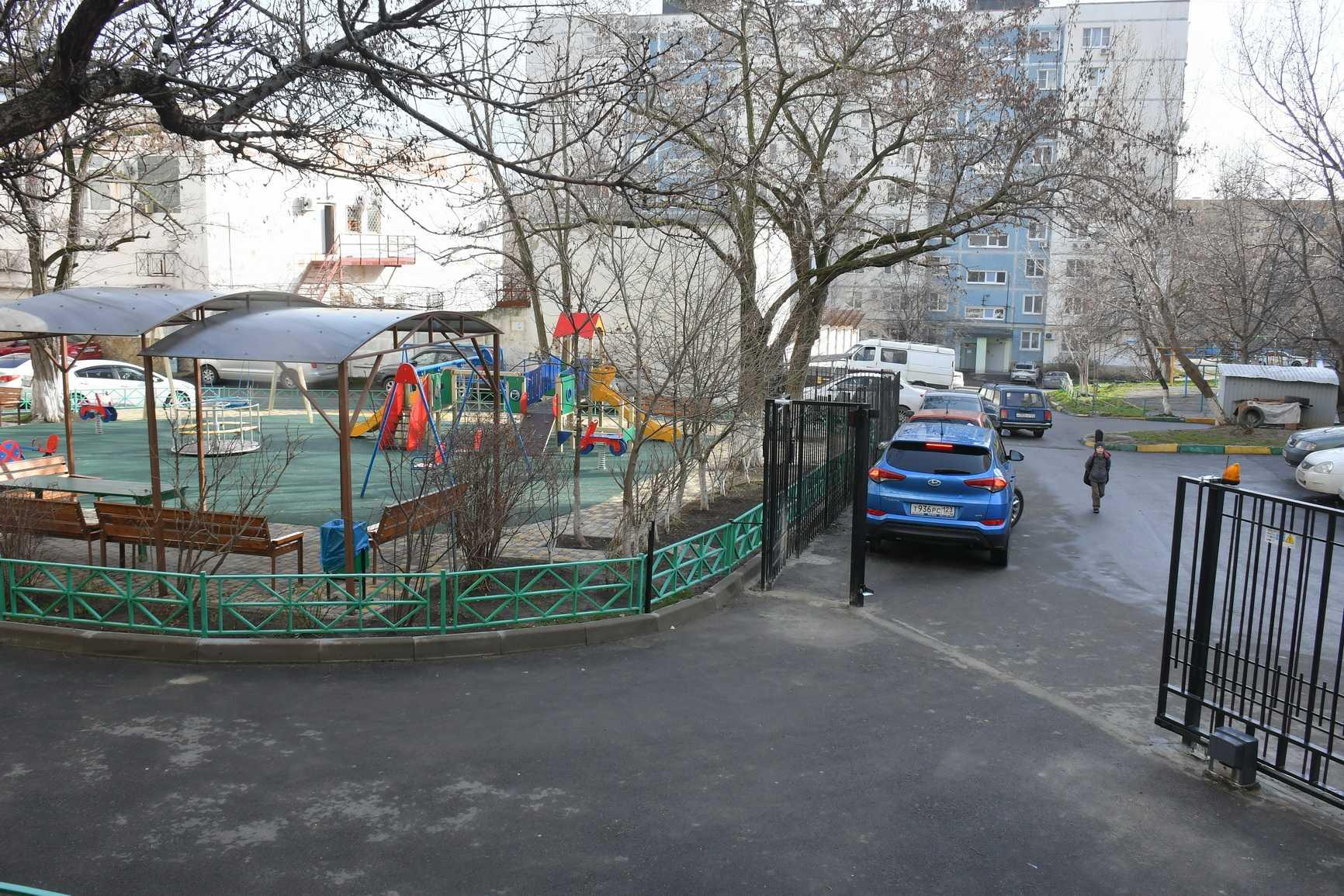 В Новороссийске началась «война»: жители двух домов поссорились из-за забора!