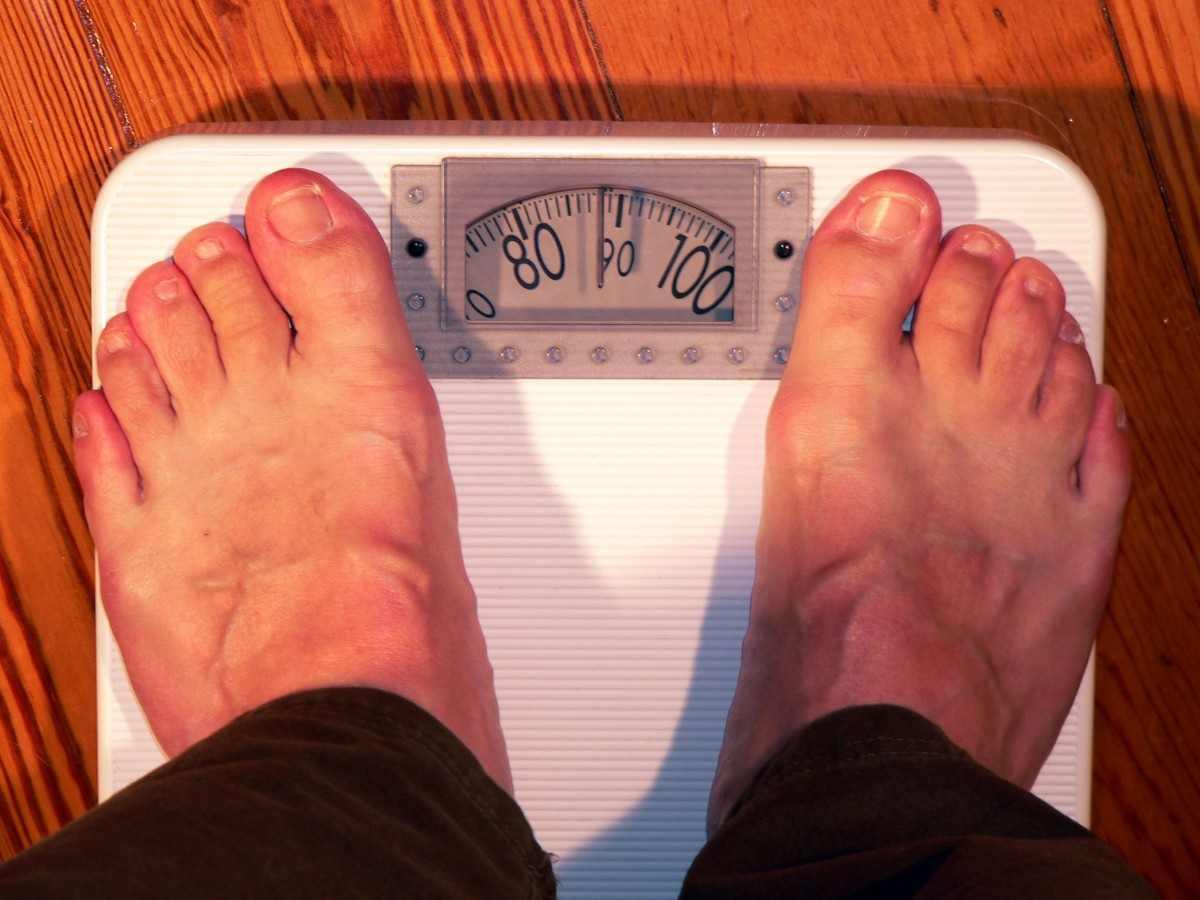Почему люди быстро набирают вес: врачи назвали основные причины