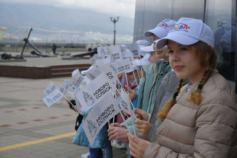 Автобус и грузовую машину КТК-Р подарил управлению культуры и молодежному центру Новороссийска
