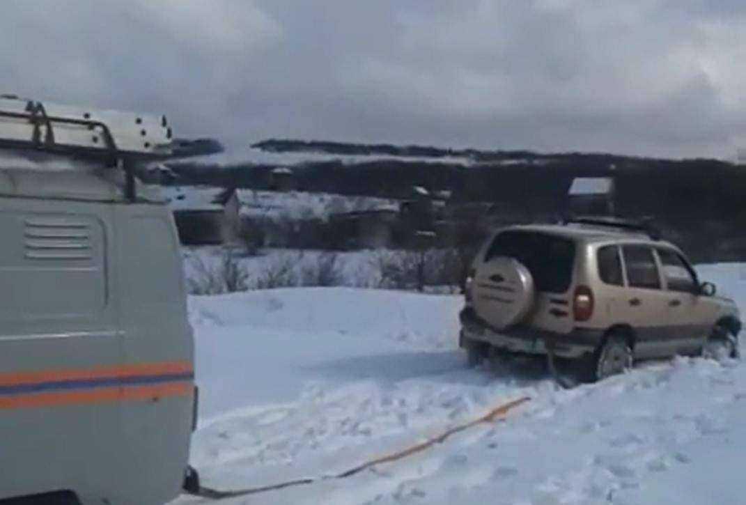 В поисках зимы семья под Новороссийском застряла в сугробе