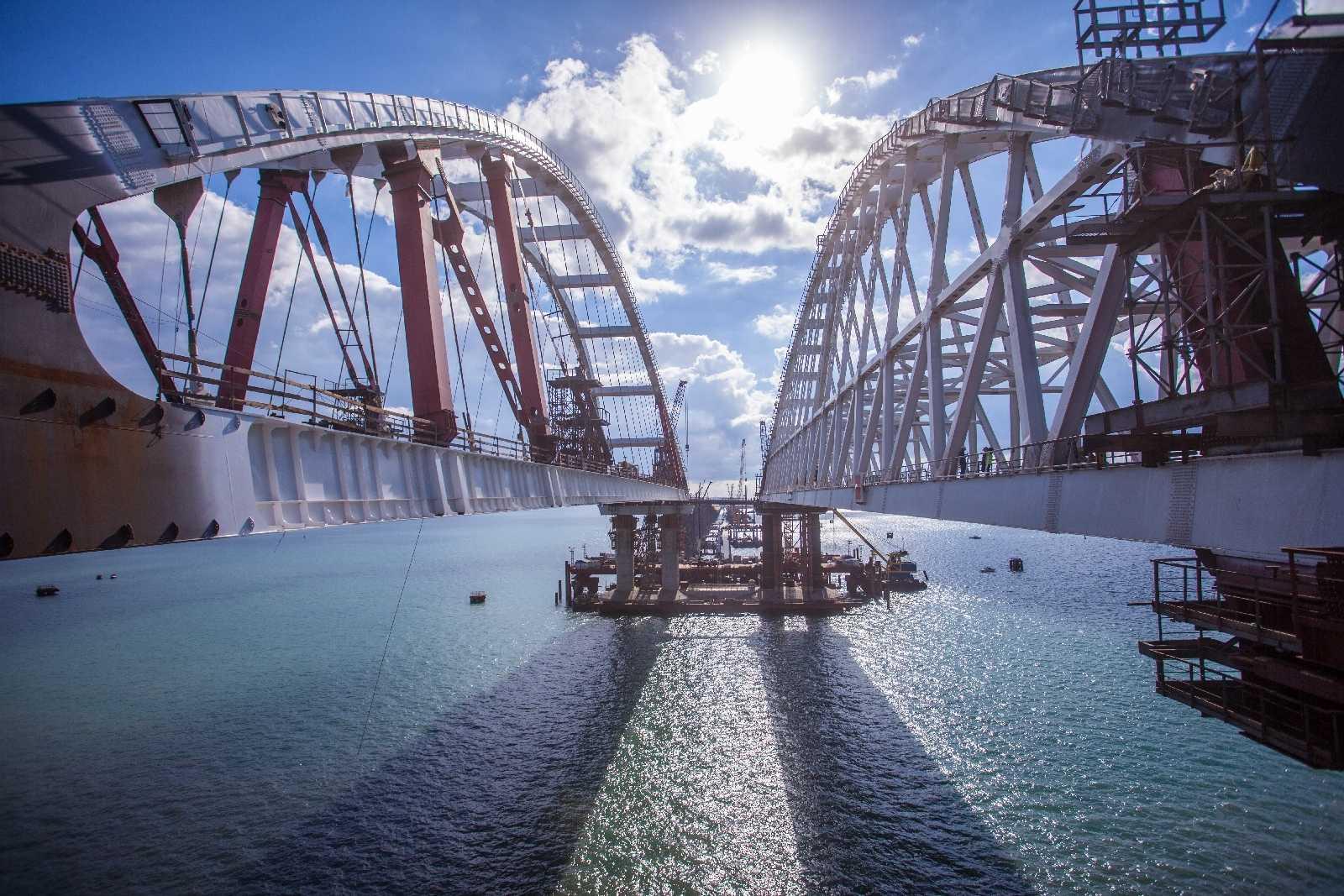 Крымский мост впервые перекрыли из-за сильного снегопада