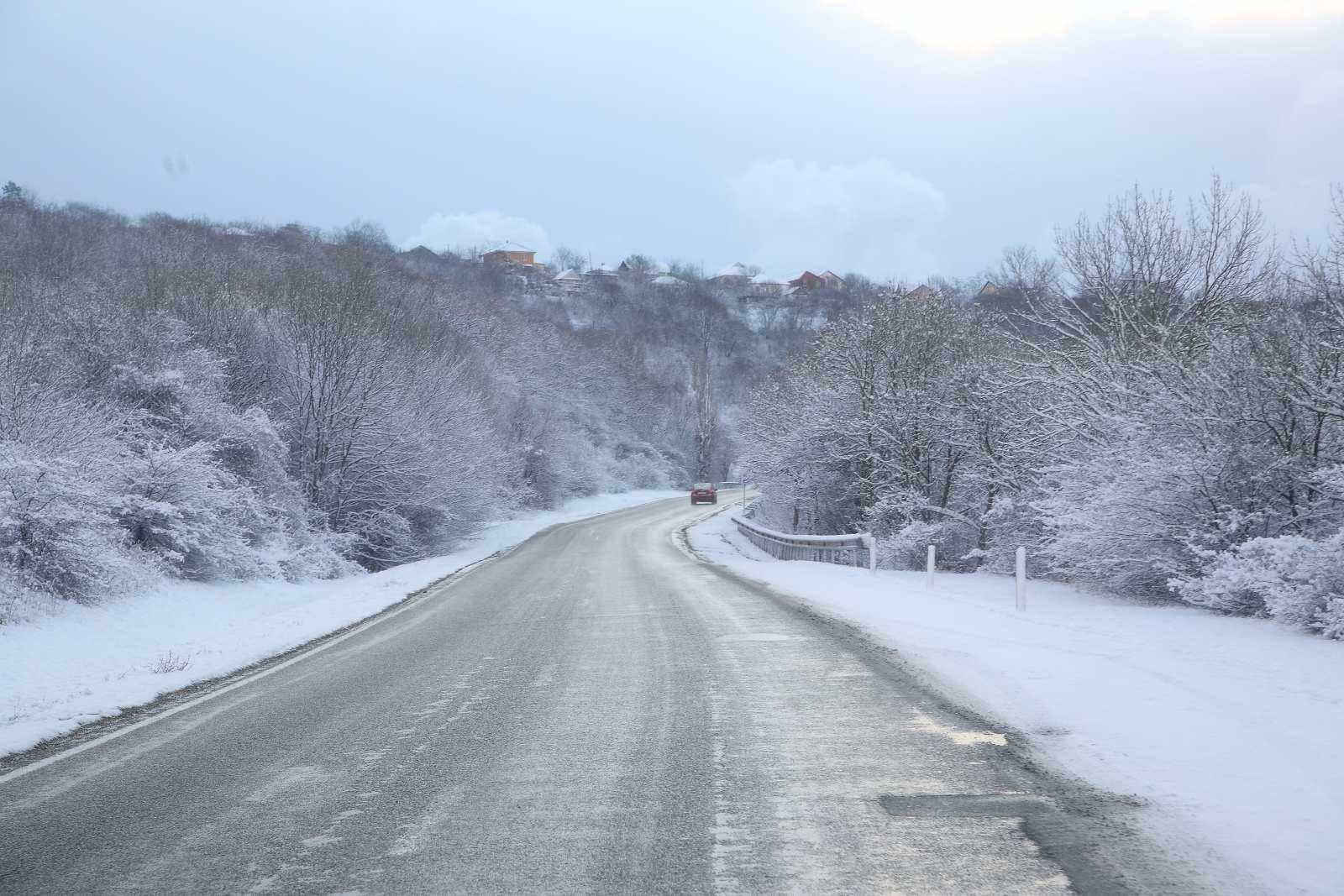 В Новороссийске на перевале выпал снег и сразу две аварии