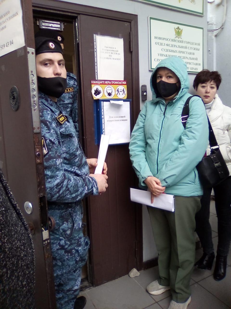 В Новороссийске люди мокнут под дождем перед дверями отдела судебных приставов