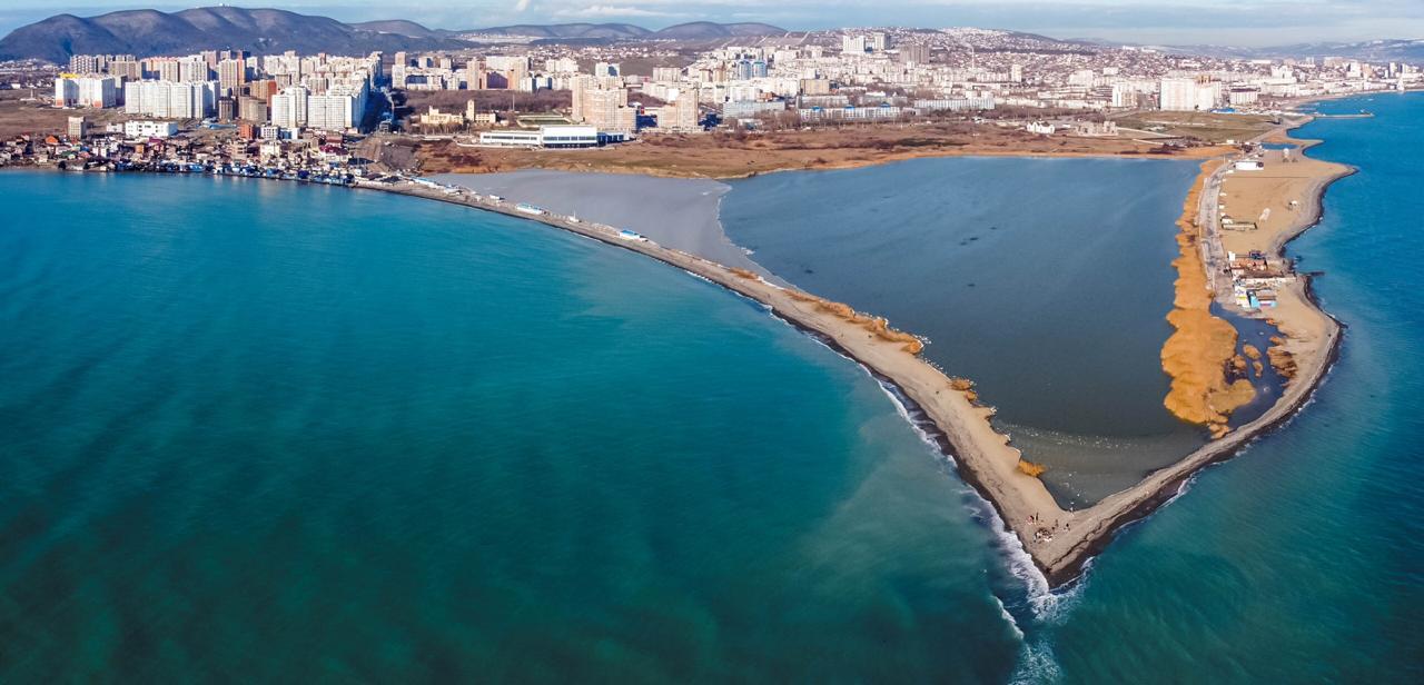 Новороссийские спасатели очистили береговую линию Суджукской косы от мусора