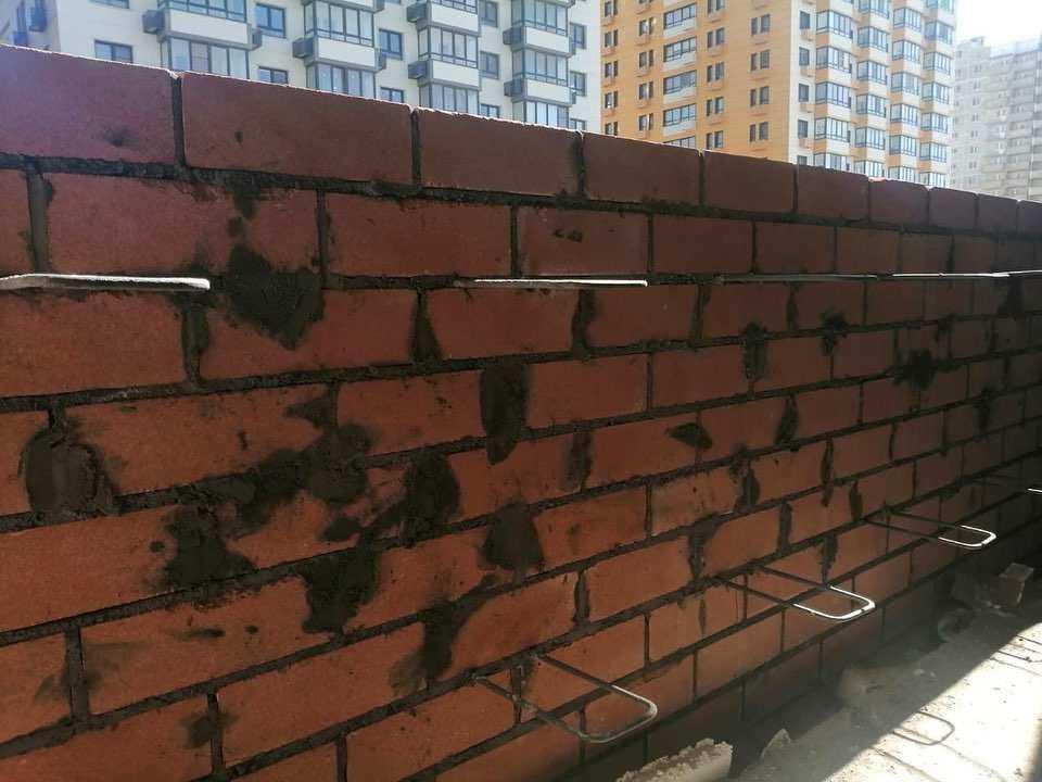 В Новороссийске кирпичную стену новой школы унесло ураганом