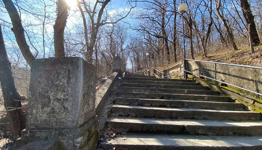 В Абрау-Дюрсо в конце марта завершится второй этап реконструкции лестницы, ведущей на «Горку»
