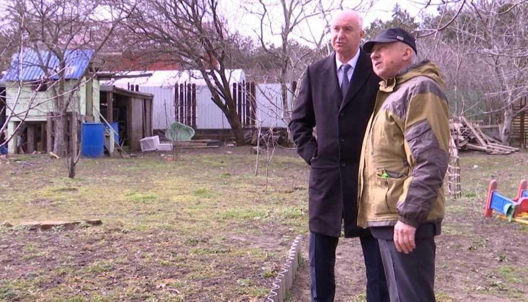 В посёлке Верхнебаканском многодетная семья осталась в буквальном смысле без крыши над головой