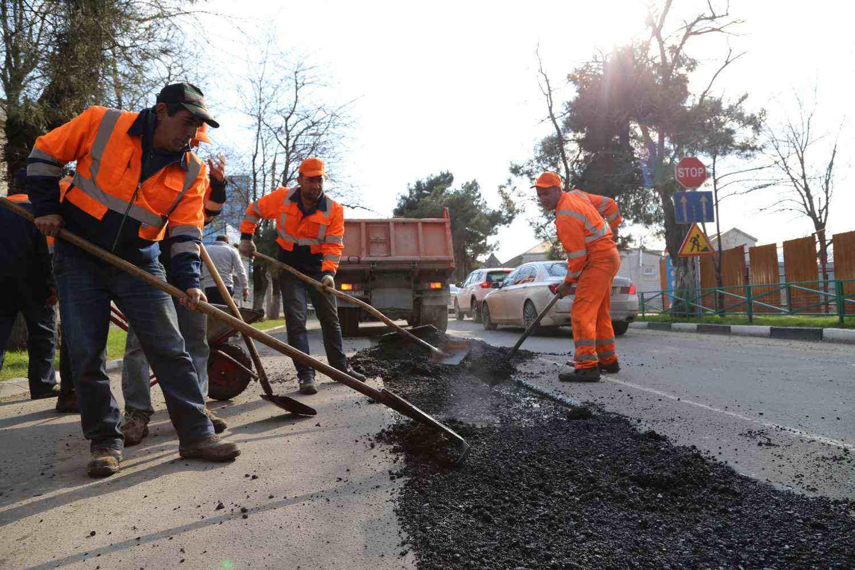 Новороссийск устал от ремонта дорог. Но лучше сейчас, чем летом