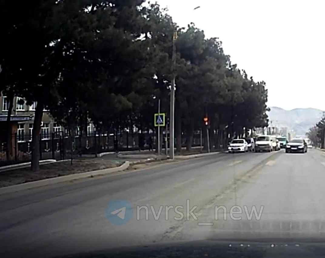 Стало известно, кто сидел за рулем иномарки, которая пролетела на «красный» рядом со школой в Новороссийске