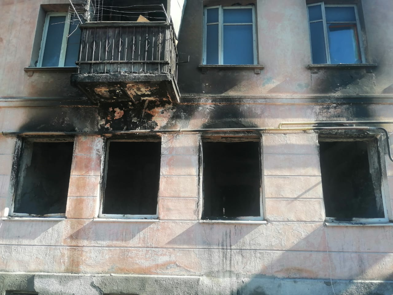 В Новороссийске две ночи подряд пожарным приходилось тушить один и тот же аварийный дом