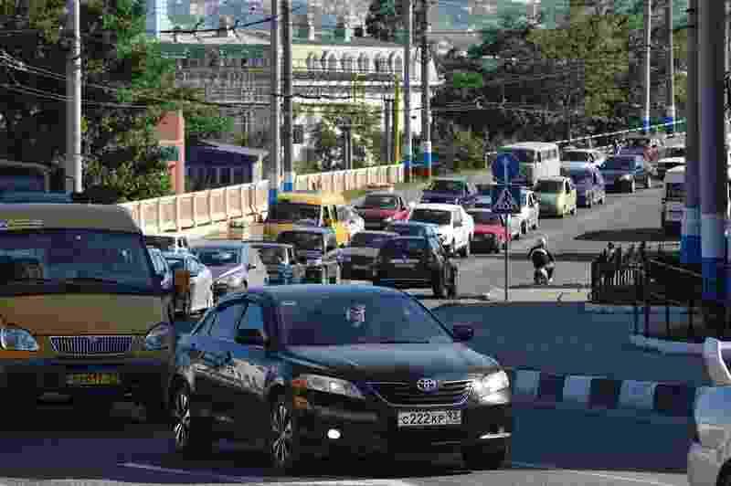 Горожанам пока лучше не пользоваться федеральной дорогой Новороссийск-Керчь. Пробки, проблемы с бензином