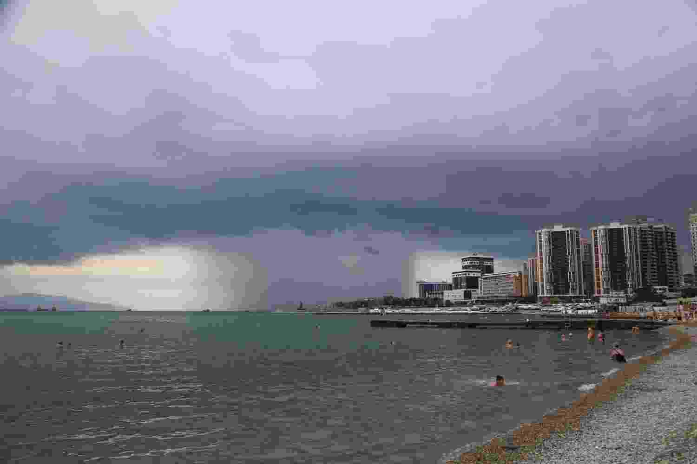 В Новороссийске гремит гроза и сверкает молния, но сильного дождя не предвидится