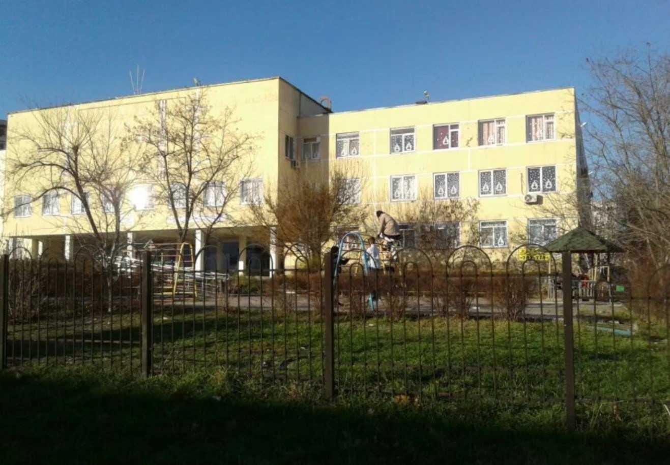 Во дворе одной из школ Новороссийска наряд полиции скрутил полуголого мужчину