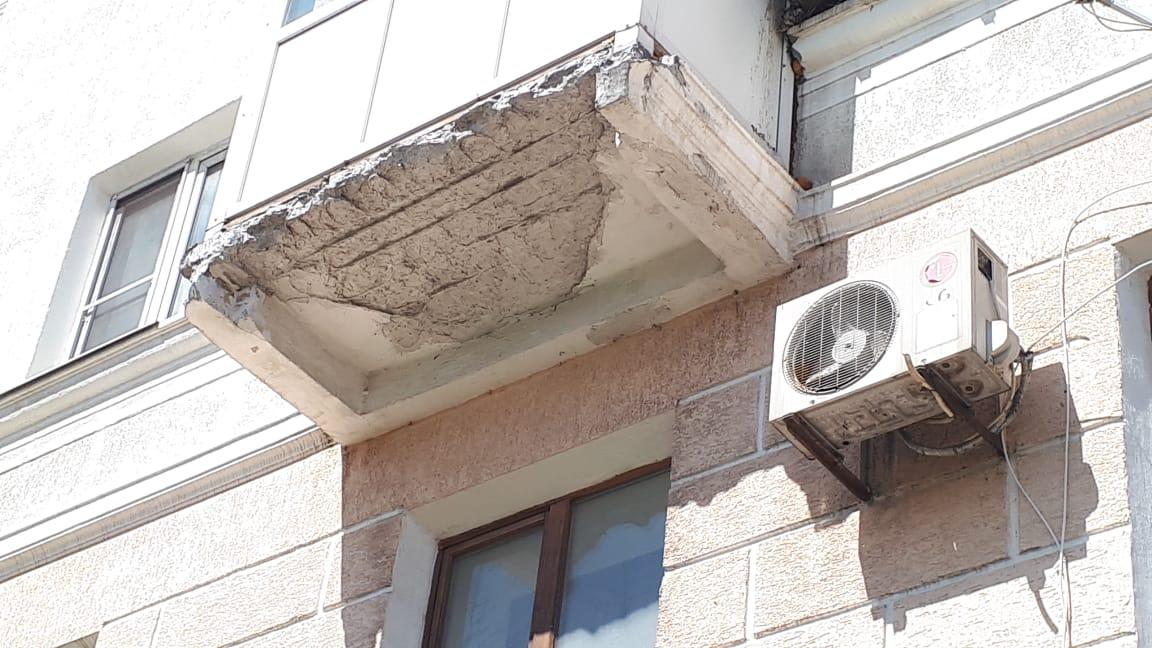 В Новороссийске обваливается балкон в центре города