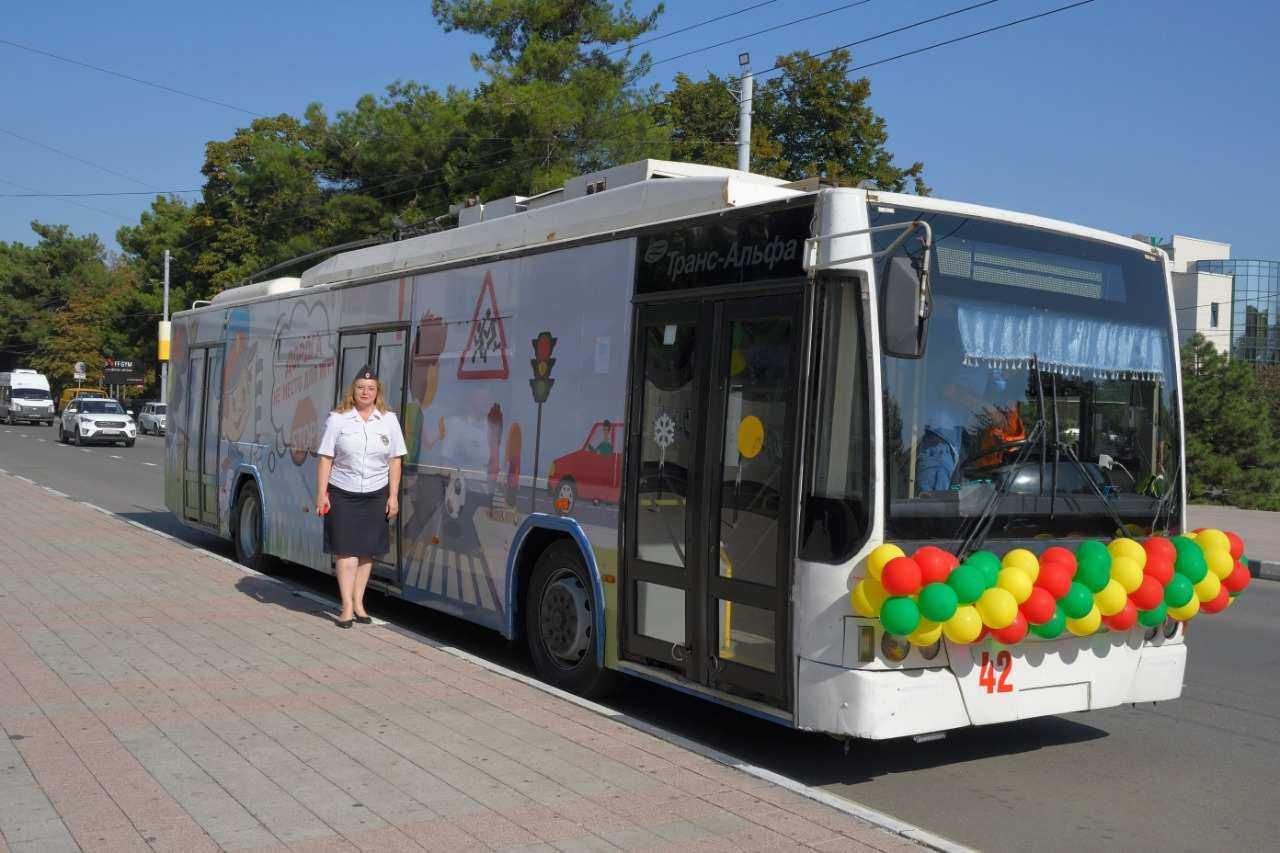 Новороссийские дети, умеющие рисовать, могут увидеть свои рисунки в троллейбусе. Участвуйте в конкурсе!