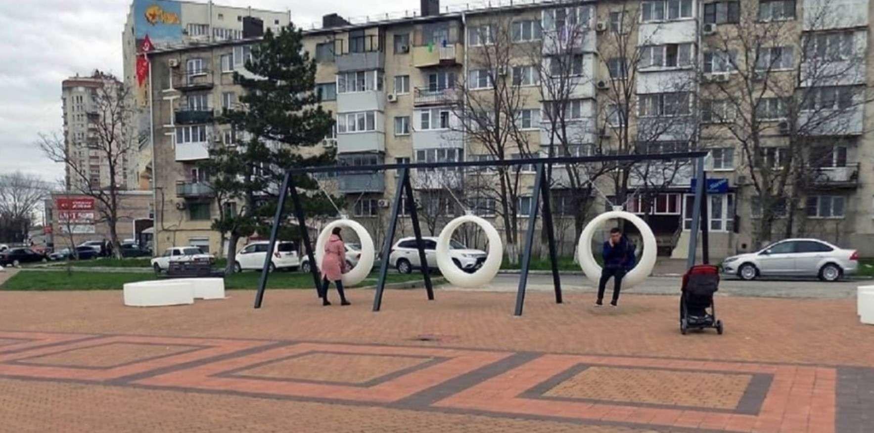 Вандалы против благоустройства: в Новороссийске сломали новые LED-качели и детские горки